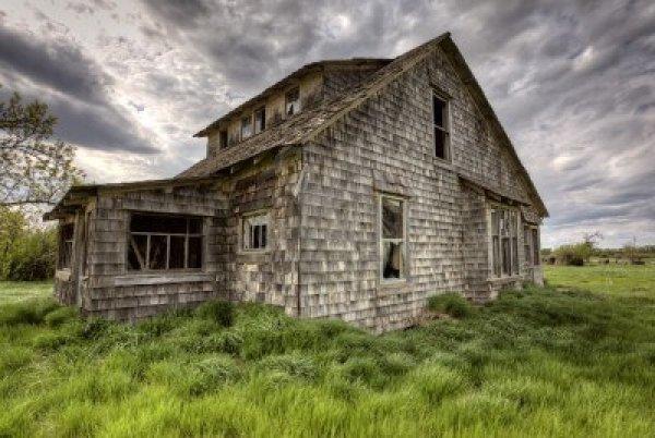 13849268-exterior-abandoned-house-prairie-saskatchewan-canada